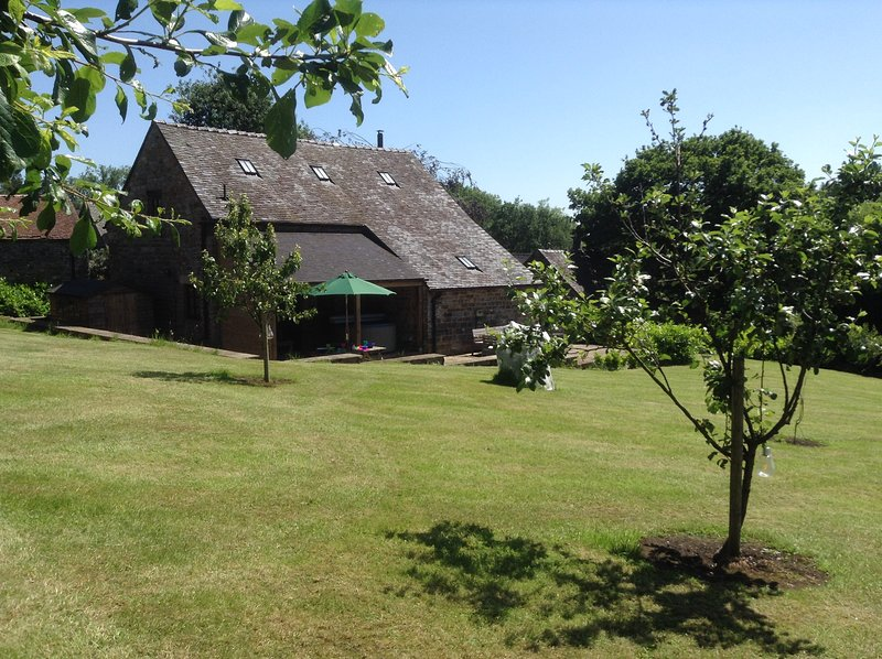 STUNNING 5* LUXURIOUS BARN, HOT TUB, LOG BURNER, QUIET PEAK DISTRICT LOCATION, vacation rental in Wetton