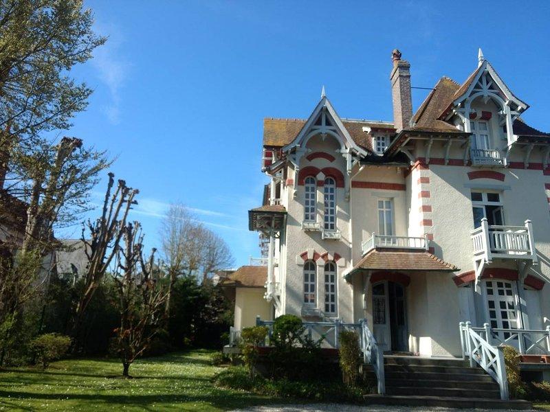 Magnifique Villa en plein coeur de Deauville – semesterbostad i Deauville City