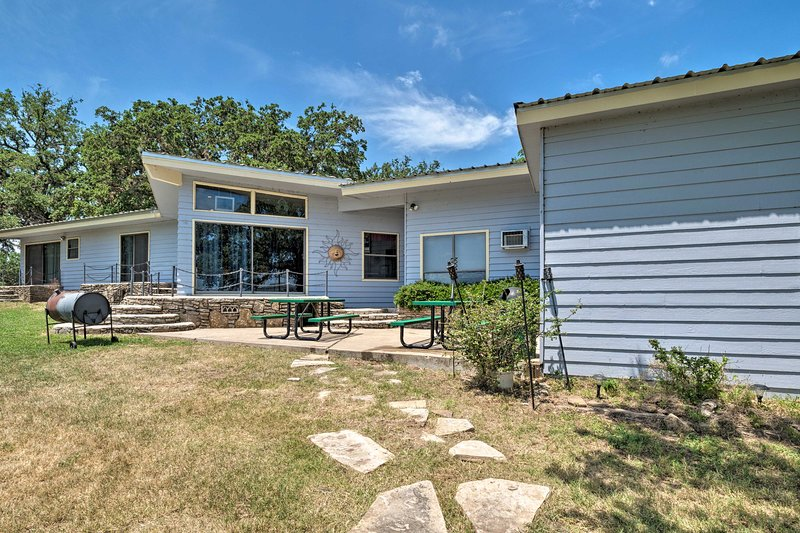 Spacious Waterfront Highland Lakes Home w/Patios!, holiday rental in Tow