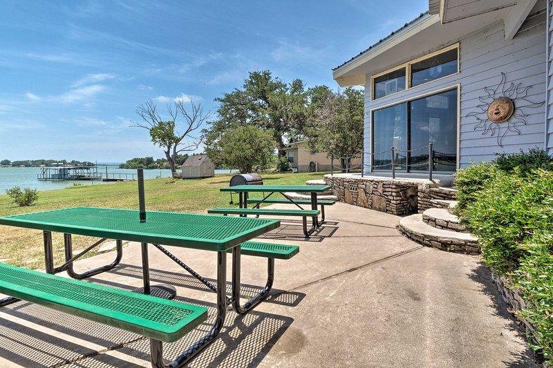 Rustic Lake Buchanan Hideaway w/ Game Room & Grill, holiday rental in Tow