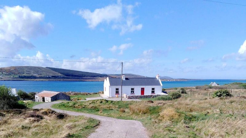 The Oyster House - Stunning 3 bed cottage right by the sea., vacation rental in Ardara
