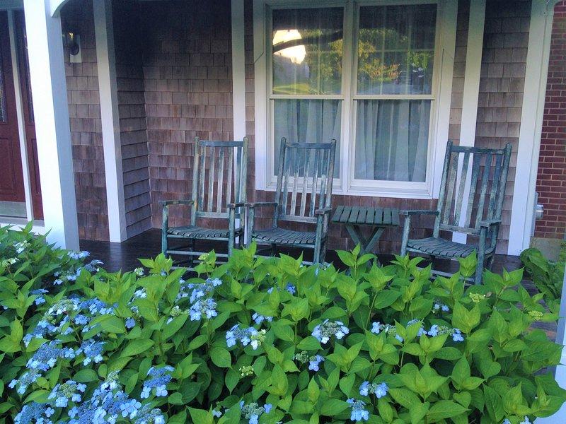 Veranda mit Sitzgelegenheiten mit Blick auf Hortensien