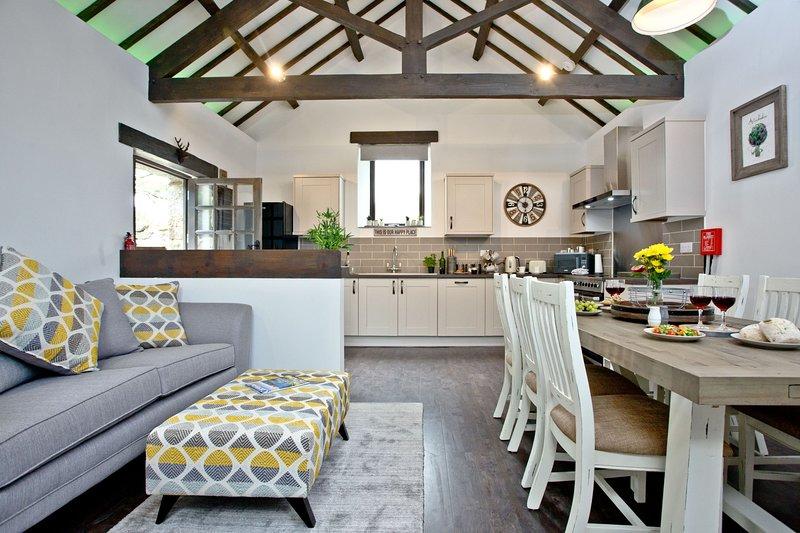 The Barn in Lanhydrock - A modern barn conversion with three bedrooms and three, vacation rental in Lanivet