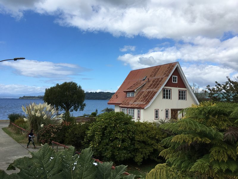 Beautiful refurbished german house from the 1900´s in lakefront, vacation rental in Los Lagos Region