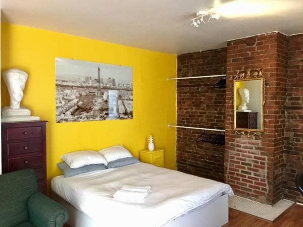 brick wall queen bed bright and new clean sheets