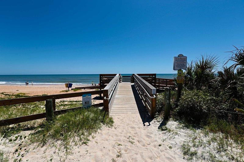 Dit prachtige strand ligt verderop in de straat!