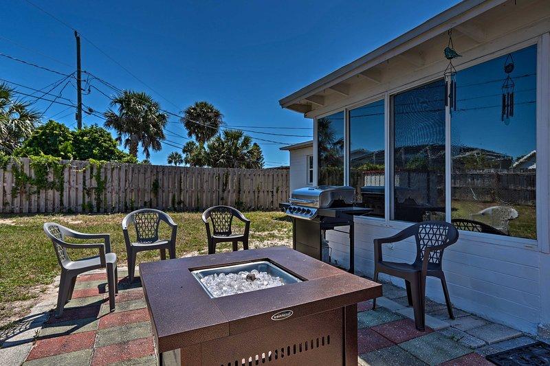 Het huis met 2 slaapkamers, 1,5 bad beschikt over een omheinde achtertuin met een vuurplaats!
