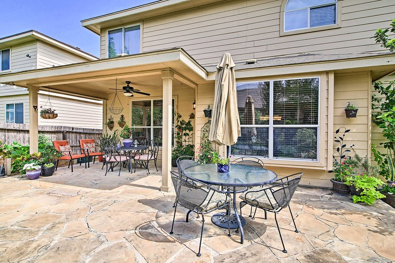 Home w/ Patio, Mins to SeaWorld+Lackland AFB!, holiday rental in Macdona