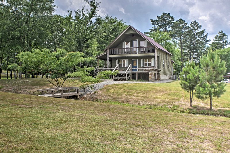 Guntersville Cabin w/ Fire Pit, Walk to Lake!, holiday rental in Grant