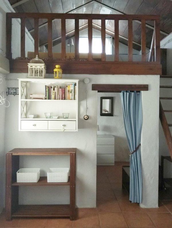 Interior de la casa con mucha ventilación y luz. Altillo con cama doble.