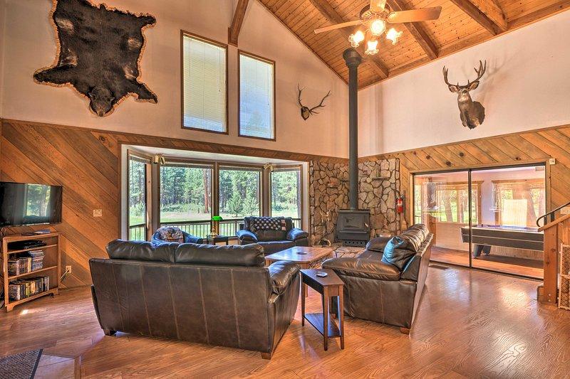 Chiloquin Home w/Fire Pit & Deck - By Crater Lake!, location de vacances à Chiloquin