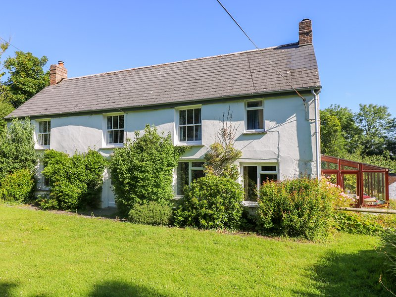 TREGITHEY FARMHOUSE, traditional farmhouse on the South Helford River, private, holiday rental in Gillan