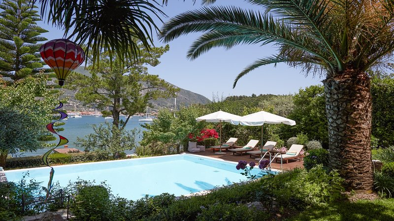 Villa Yalenia. Gorgeous Private Villa on the Waterfront with Motorboat Included, holiday rental in Lefkada