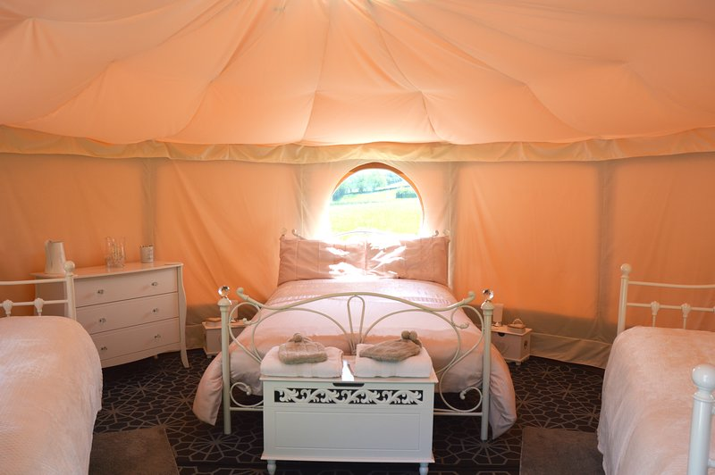 Meadow Sweet Glamping with views of Snowdonia, alquiler de vacaciones en Abergele