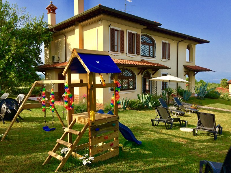 VILLA BEATRICE  WITH OUTDOOR SWIMMING POOL GARDEN AND BEAUTIFUL LAKE VIEW !!!!, holiday rental in Montichiari
