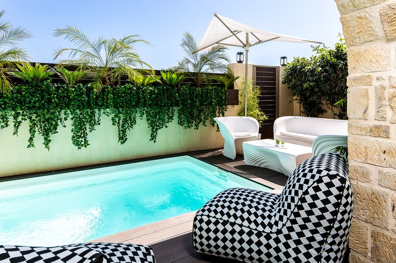 Beachfront Villa with heated pool, room service & private gazebos at the beach!, vacation rental in Bali