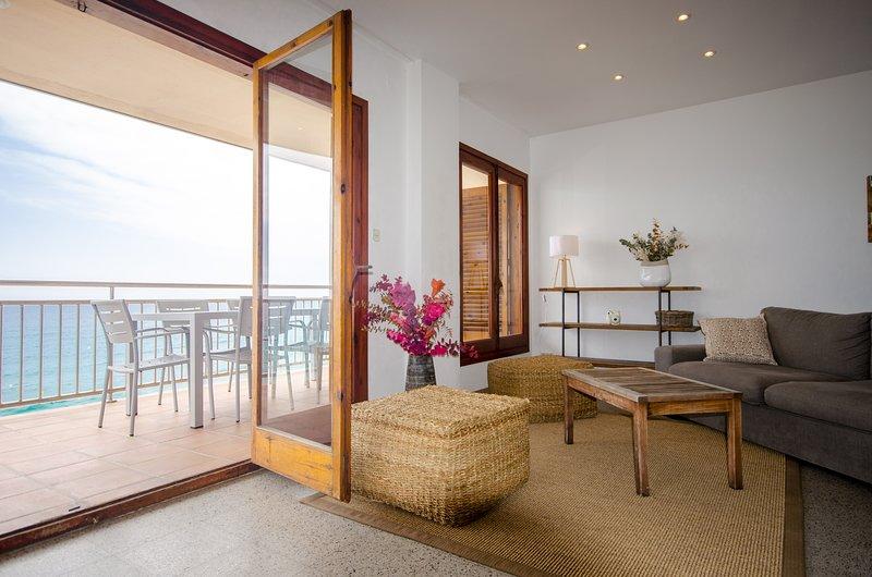 Apartamento en primera línea de mar, holiday rental in Sant Daniel