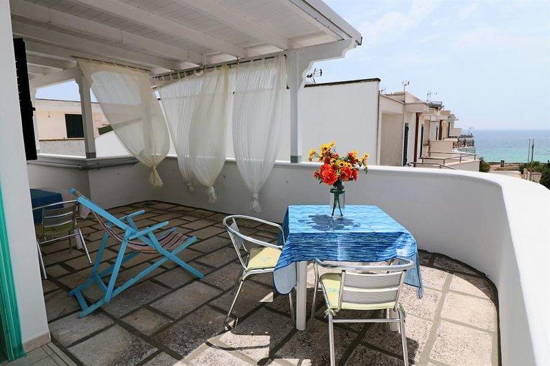 Attico Domiziano holiday home with sea view in Residence Uxsentum, location de vacances à Posto Rosso