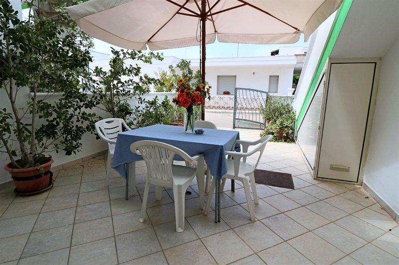 Paride vacation home on the sea in Residence Uxsentum, location de vacances à Posto Rosso