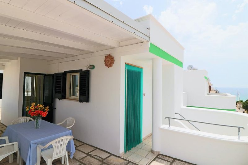 Attico Pitagora holiday home with sea view in Residence Uxsentum, location de vacances à Posto Rosso
