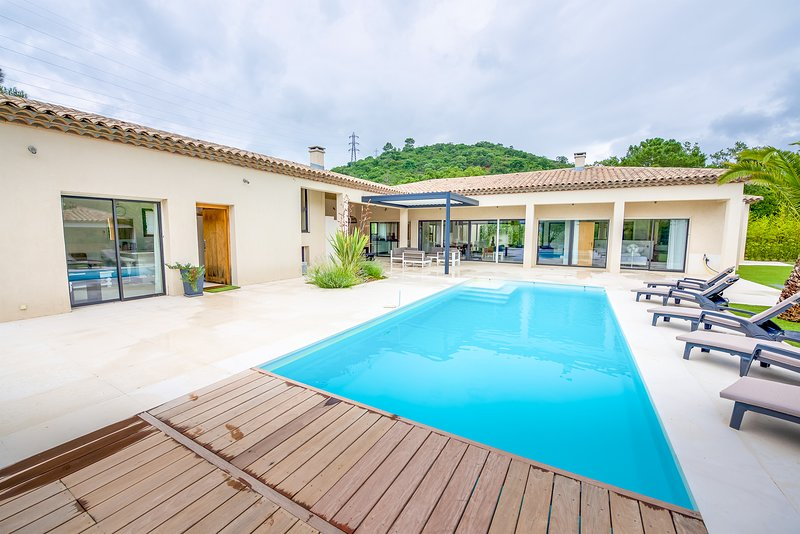36868 new built villa for 8 people, 8 x 4 pool, 2 km from beach and 1 km centre., holiday rental in Grimaud