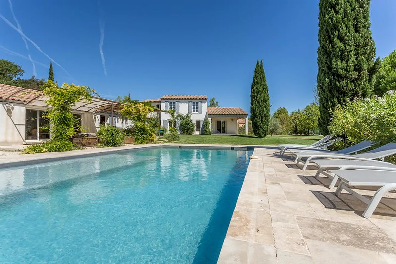 Big villa with swimming-pool & Wifi, holiday rental in Rognes