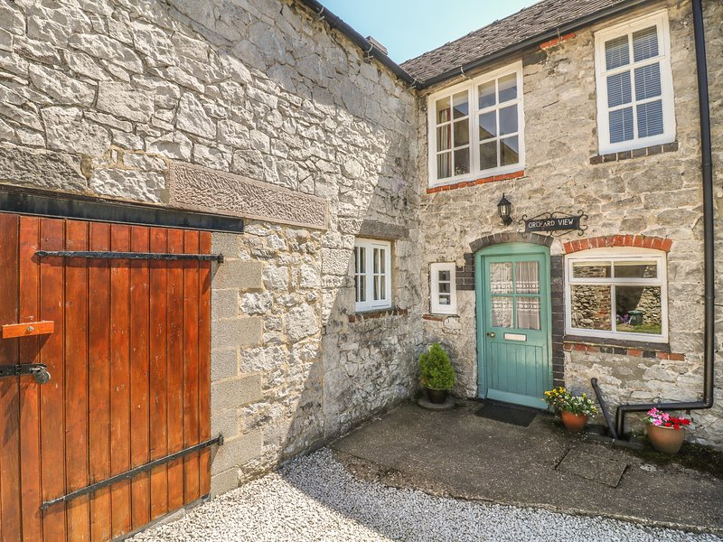 ORCHARD VIEW, pet friendly, luxury holiday cottage, with a garden in Parwich, vacation rental in Tissington