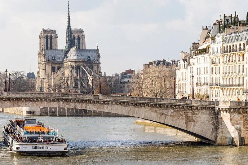 Laissez notre équipe de conception de voyages vous réserver une croisière sur la Seine