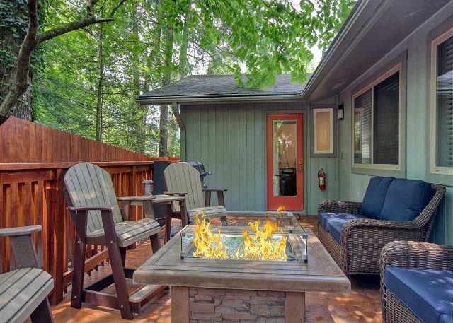 5 Bedroom Smoky Mountain cabin near Downtown Gatlinburg. NEW to program!, alquiler de vacaciones en Gatlinburg