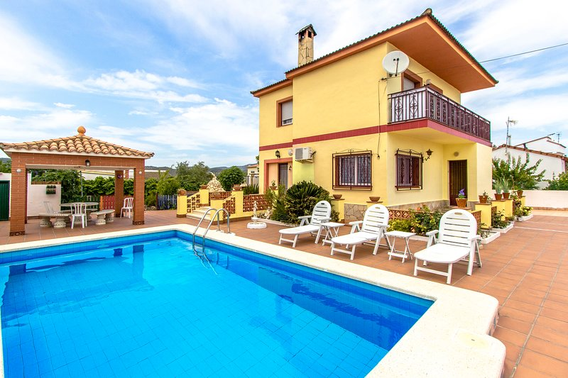 Catalunya Casas: Lovely Villa Avedon, a short drive from Tarragona beaches!, holiday rental in Figuerola del Camp