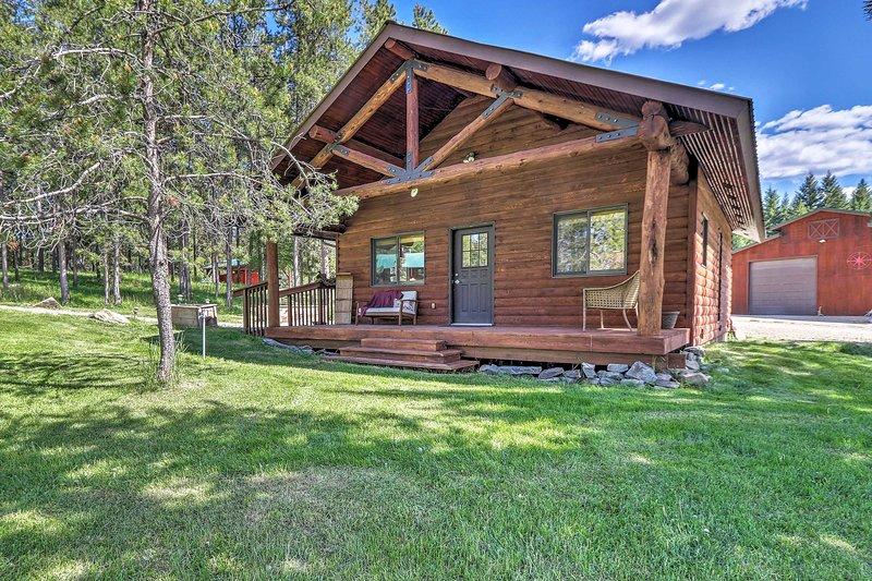 40-Acre Trego Resort Cabin w/ Lake & Trails!, alquiler de vacaciones en Eureka