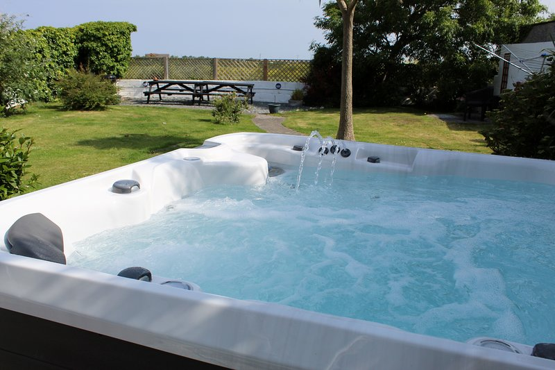 5 bed house,close to Padstow, with Hot Tub (£150 charge out of school holidays), holiday rental in Padstow