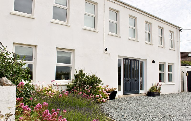 5 bed house,close to Padstow, with Hot Tub (£150 charge out of school holidays), location de vacances à Porthcothan