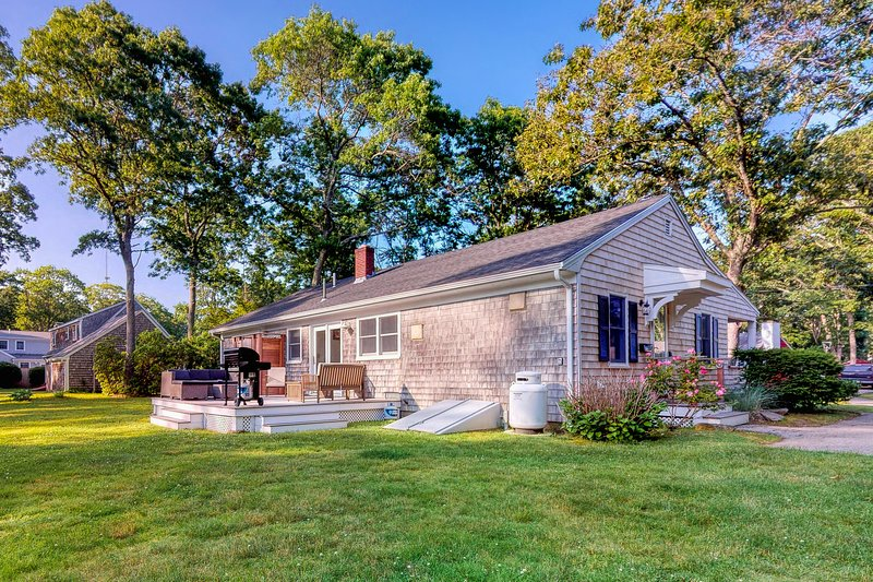 Dog-friendly house w/fenced backyard & deck - walk to beaches, location de vacances à Falmouth