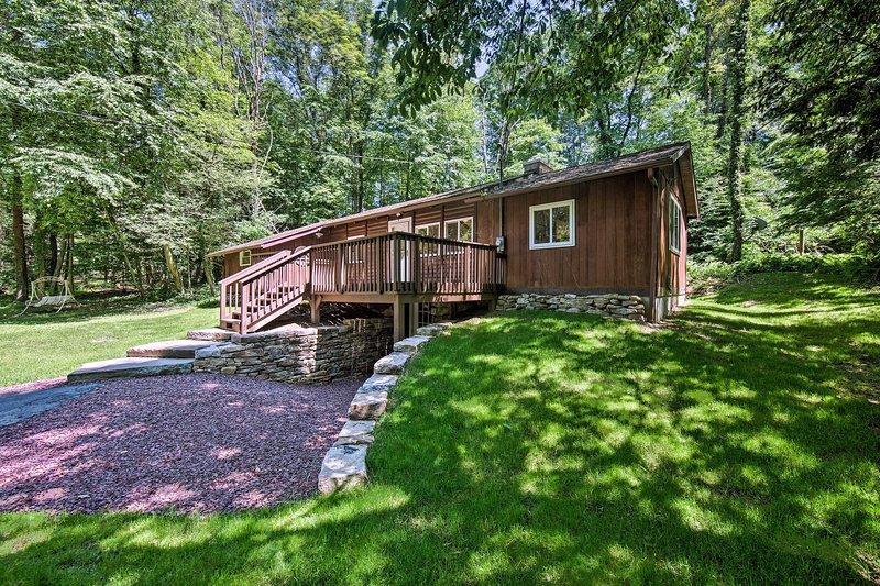 Esta cabaña está ubicada cerca de senderos para caminatas, tierras de caza y múltiples parques.
