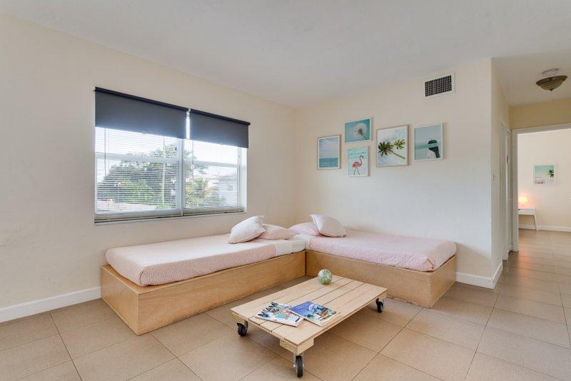 Posti letto viventi realizzati per il 3 ° e 4 ° ospite - soggiorno da Apt # 10 - per mostrare letti fatti