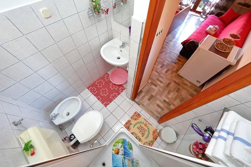 SA-Biby(2): bathroom with toilet