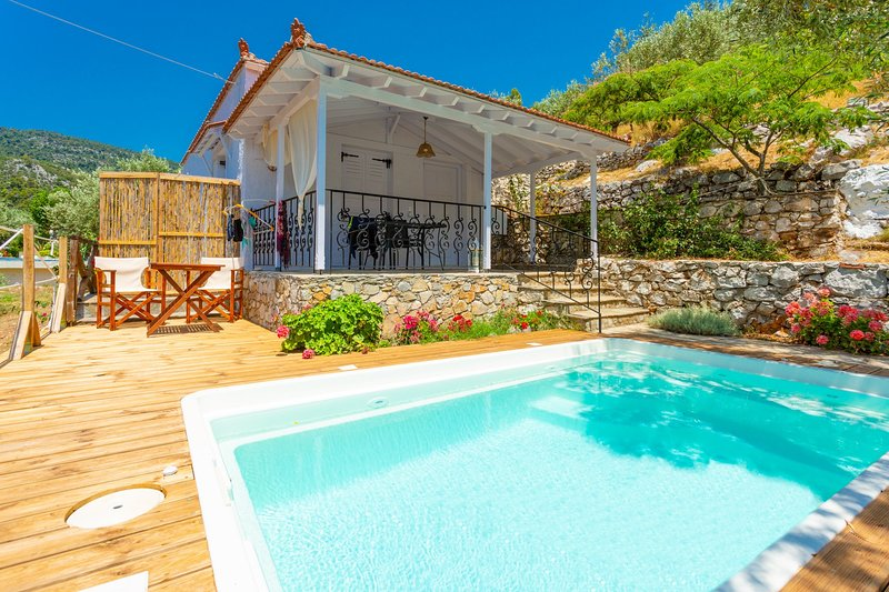Neptune: Private Pool, Walk to Beach, A/C, WiFi, location de vacances à Alonnisos