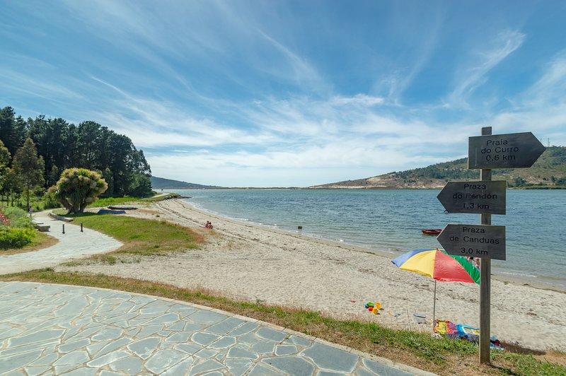 Playas y Paseo Marítimo de casi 4 km. de longitud todo al borde del mar. A 1 minuto del alojamiento.