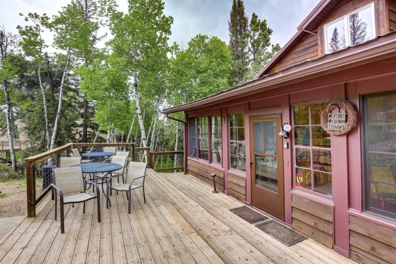 Mountain Oasis - 6 bedroom cabin with game room and private hot tub!, holiday rental in Iola