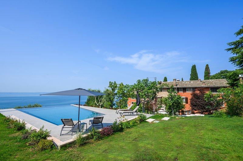 Dama del Lago: charme, relax, vista spettacolare, holiday rental in Bardolino