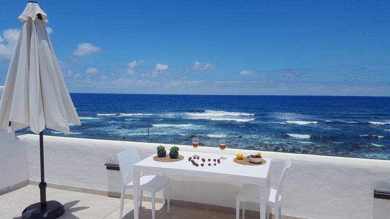 Villa Quintanilla, bella casa a sólo 15 metros de la playa, holiday rental in Banaderos