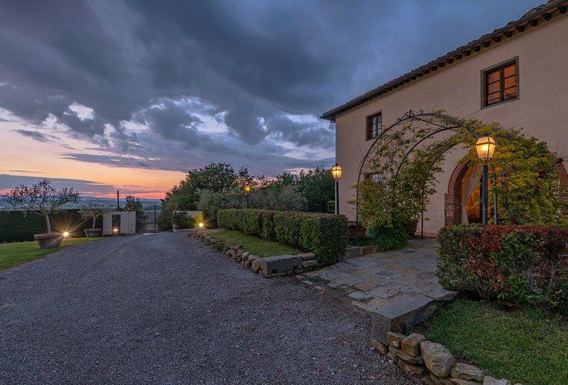 Magnifica, 9 bedrooms villa near Cortona. Heated internal pool with hydromassage, vacation rental in Castroncello