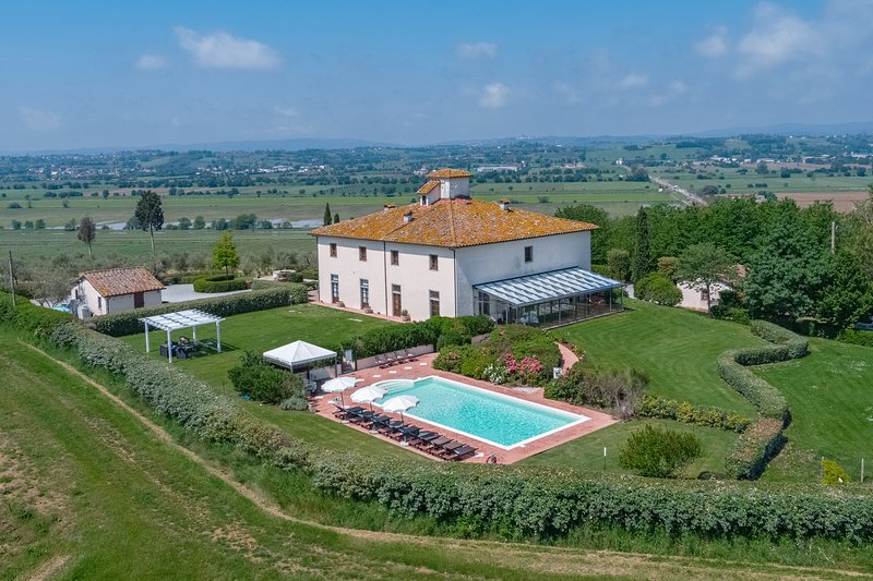 Private villa in the Cortona area for 18 persons. Pool, internal pool and A/C!, vacation rental in Castroncello