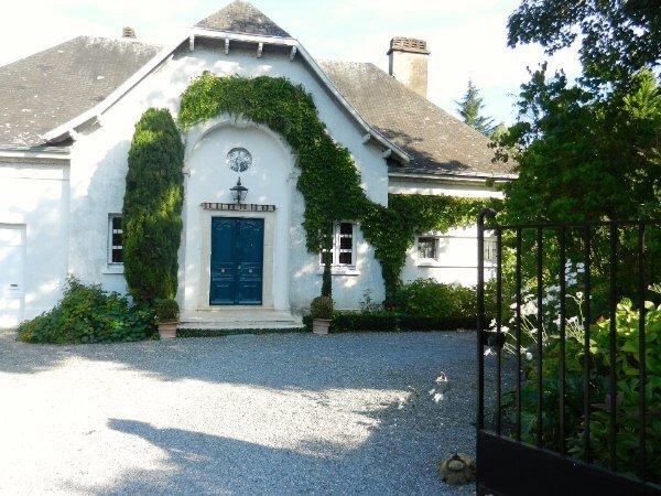 Biscondau - 6 bedroom villa with views of the Pyrenees, casa vacanza a Herrere