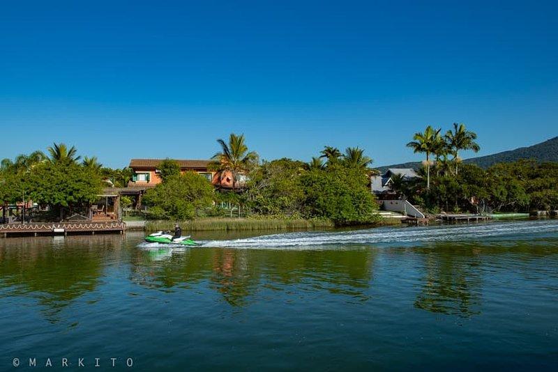 Casa de Luxo na beira da Lagoa, holiday rental in Barra da Lagoa