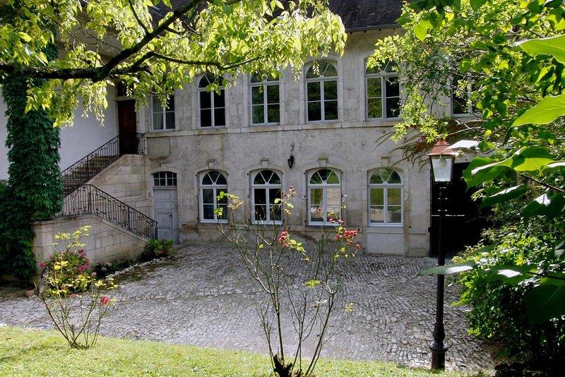 Le gîte 'Ancien Hôtel de GRIMONT': un spacieux gîte de vacances historique, holiday rental in Trepot