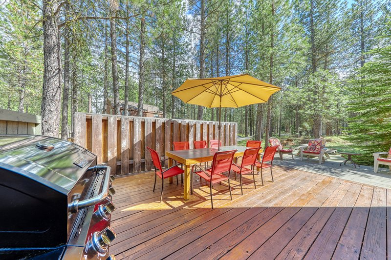 Unique house close to Black Butte Ranch Lodge - shared pool, hot tub & more!, location de vacances à Camp Sherman