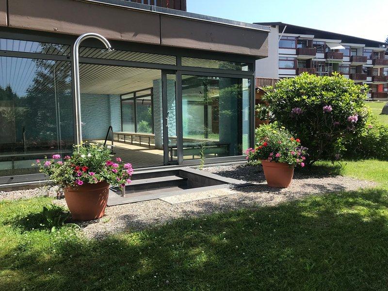Neu renoviertes Deluxe-Apartment in Ferienanlage mit Innenpool, vacation rental in Schluchsee
