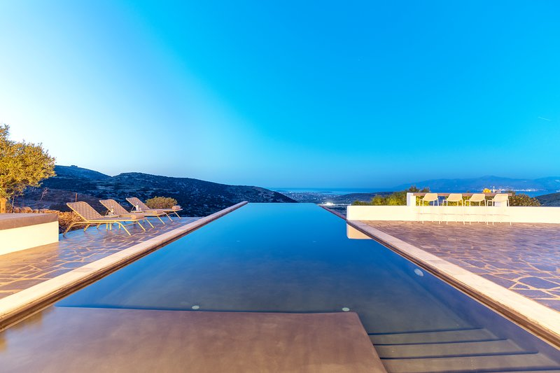 Villa Orian with large infinity pool, holiday rental in Naoussa